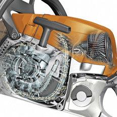 Langzeit-Luftfiltersystem mit HD2-Filter: Die STIHL MS 261 überzeugt mit einer fünfmal längeren Filterstandzeit im Vergleich zur MS 260. Sie ist mit einem Langzeit-Luftfiltersystem ausgestattet, das durch Vorabscheidung grobe Schmutzpartikel entfernt. Der neue HD2-Filter aus Polyethylen-Filtermaterial filtert feinsten Staub und ist leicht zu reinigen. Die PET-bestückte Rundfilterpatrone wird schnell und ohne Werkzeug gewechselt. Die Radialdichtung minimiert den Schmutzeintrag in den Vergaser.