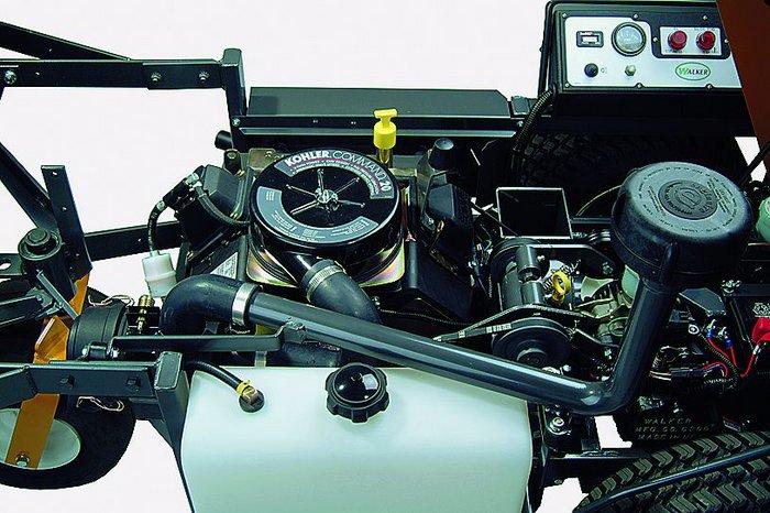 Das Herz des Walker MT-GHS 23, der Kohler Command 2-Zylindermotor schlägt unter der klappbaren Fangbox.