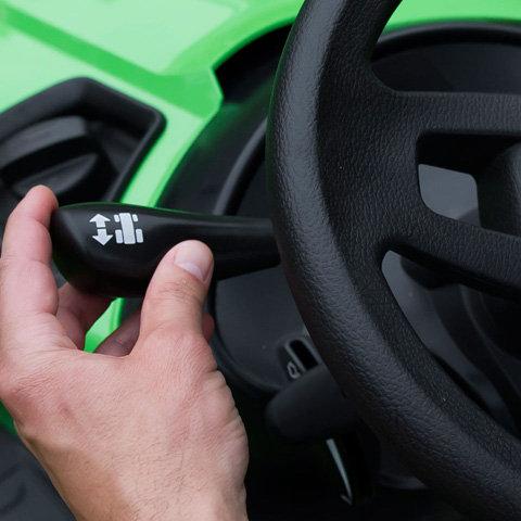 Innovative Vorwärts-rückwärts-Umschaltung  Für zügiges Arbeiten wie geschaffen ist die von VIKING entwickelte Vorwärts-Rückwärts-Umschaltung. Die einfache Schaltmechanik macht es möglich, mit dem Umschalthebel die Fahrtrichtung zu wählen. Die Ansteuerung des Hydrogetriebes erfolgt über das Antriebspedal rechts.