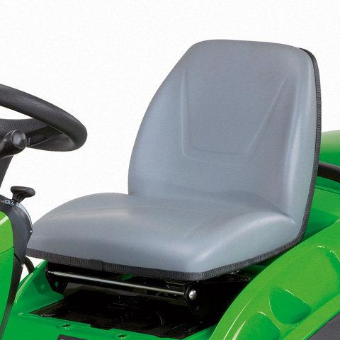 Komfortsitz  Gefederter, verstellbarer Fahrersitz. Die komfortable Sitzverstellung ermöglicht sowohl großen als auch kleinen Personen eine optimale Sitzposition auf dem Rasentraktor. Der Sitz kann auch nach vorne geklappt werden.