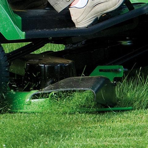 Mähdeck mit Seitenauswurf  Zeitsparend ist das Mähen mit Seitenauswurf: Da kein Grasfangkorb entleert werden muss, bewältigt man große Flächen in einem Arbeitsgang.