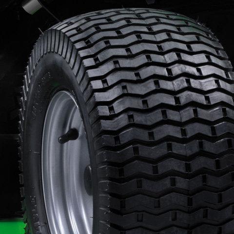 Turf-Reifen  Große Turf-Reifen schonen den Rasen und hinterlassen kaum Spuren.