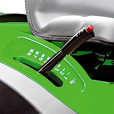 Zentrale Schnitthöhenverstellung: Der Hebel zur zentralen Einstellung der Schnitthöhe befindet sich direkt neben dem Sitz - damit lässt sich die Schnitthöhe beliebig von Stufe 1-8 individuell einstellen.