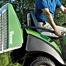 Grasfangkorb mit Säbelgriff: Der Grasfangkorb im Baggerschaufeldesign lässt sich mit einem Säbelgriff kräftesparend vom Fahrersitz aus entleeren. Das Design des Fangkorbs sorgt für optimale Befüllung. Nach dem Entleeren bleibt kein Schnittgut zurück.