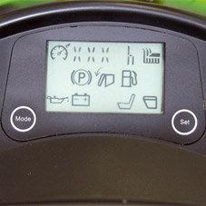 LCD-Display: Das LCD-Display ist für das Anzeigen folgender Funktionen ausgelegt: Betriebsstunden, Batteriespannung, Grasfangkorb funktionsbereit, Tank Füllstand, Öldruckkontrolle, Füllstand Grasfangkorb, Fahrer am Sitz, Mähwerkzuschaltung, Tempomat, Programmierung, elektromagnetische Messerkupplung, Fehlerausgabe.