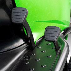 1-Pedal-Fahrantrieb mit hydrostatischem Getriebe: Antriebspedal rechts, Bremspedal links. Komfortabler 1-Pedal-Fahrantrieb mit hydrostatischem Getriebe.