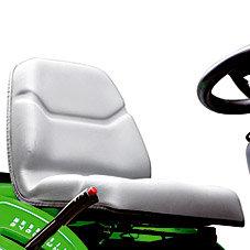 Komfortsitz: Gefederter, verstellbarer Fahrersitz. Die komfortable Sitzverstellung ermöglicht sowohl großen als auch kleinen Personen eine optimale Sitzposition auf dem Rasentraktor. Der Sitz kann auch nach vorne geklappt werden.