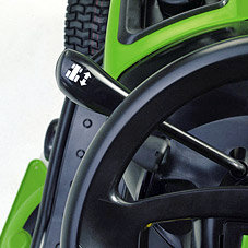 Innovative Vorwärts-rückwarts-Umschaltung: Für zügiges Arbeiten wie geschaffen ist die von VIKING entwickelte Vorwärts-Rückwärts-Umschaltung. Die einfache Schaltmechanik macht es möglich, mit dem Umschalthebel die Fahrtrichtung zu wählen. Die Ansteuerung des Hydrogetriebes erfolgt über das Antriebspedal rechts.