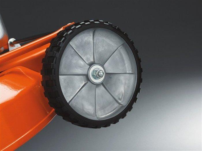 Äußerst massive Profi-Vollmetallräder mit Gummibereifung und großdimensionierten Industrie-Profilagern zeugen von 100% Topp-Technik für Profianwender
