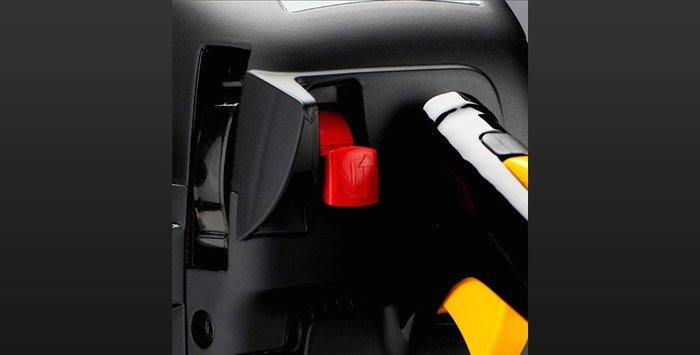 Kombinierter Start-/Stopp-Schalter Der kombinierte Start-/Stopp-Schalter erleichtert das Starten der Säge und reduziert das Risiko, dass der Motor geflutet wird.