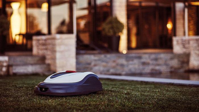 Kein Lärm, keine Störung  Dank seiner Elektromotoren ist Miimo leise und unauffällig. So können Sie selbst nachts den Rasen mähen, ohne die Nachbarn oder sich selbst zu stören.