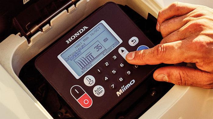 Einstellung der Schnitthöhe  Die Schnitthöhe kann ganz einfach an Ihren Rasen angepasst werden – zwischen 20 mm und 60 mm. Diese kann beim HRM 3000 elektronisch mit der Smartphone-App und beim HRM 310/520 manuell eingestellt werden.