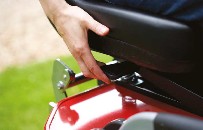 verstellbarer Sitz -  Der werkzeuglos einstellbare Fahrersitz hält Sie in einer für sicheres Arbeiten optimalen Sitzposition. Er ist sehr bequem und kann je nach Körpergröße vor- bzw. zurückgestellt werden.