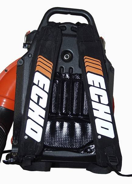 Gut gepolstert lange arbeiten. Der ECHO-Bläser PB-655 ist durch sein ergonomische Rückenpolster bequem zu tragen. Auch nach mehreren Stunden Arbeitszeit ist der Einsatz nahezu ermüdungsfrei.  Der Tank mit einem Fassungsvermögen von 2 Litern Kraftstoff ermöglicht Ihnen langes Arbeiten ohne nachzutanken.