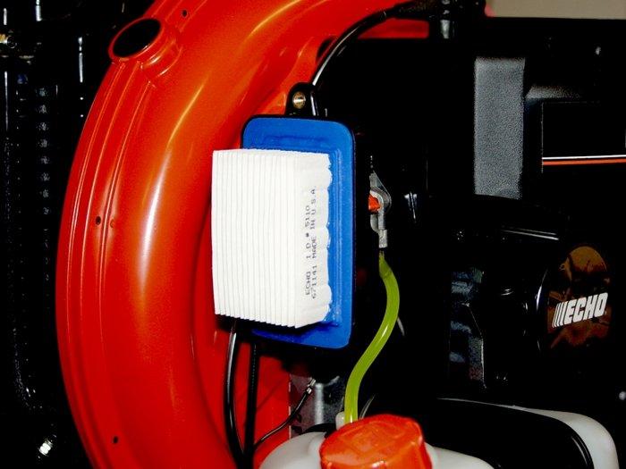 Der großflächig, gefaltete Luftfilter sorgt dafür, dass der kraftvolle Motor saubere Luft zum Atmen erhält und dadurch wesentlich länger hält.