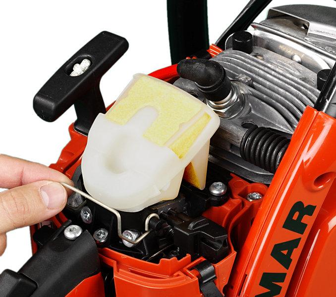 Ein- und Ausbau des großflächigen Luftfilters ohne Werkzeug