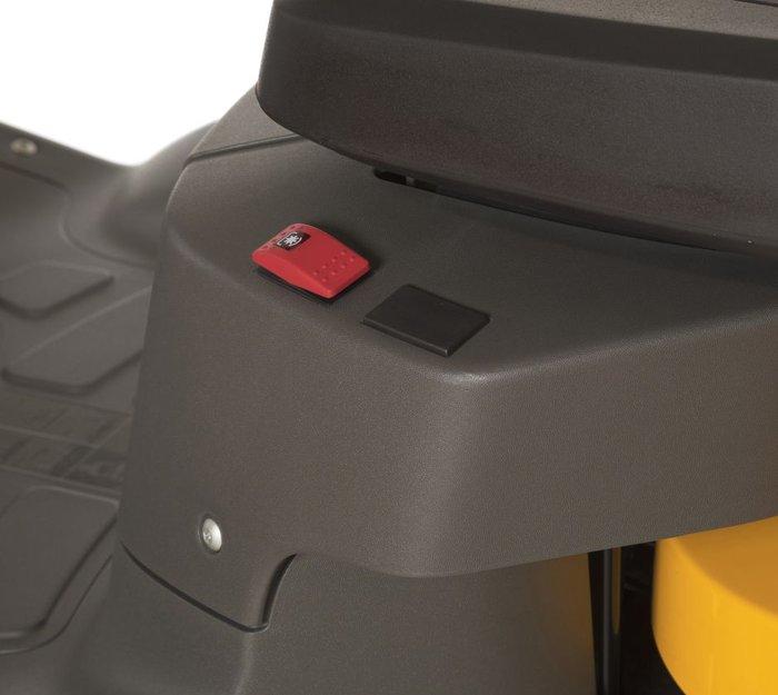 PTO-Taste  Durch die PTO-Taste, die sich neben dem Sitz befindet, wird das Messerdeck aktiviert.