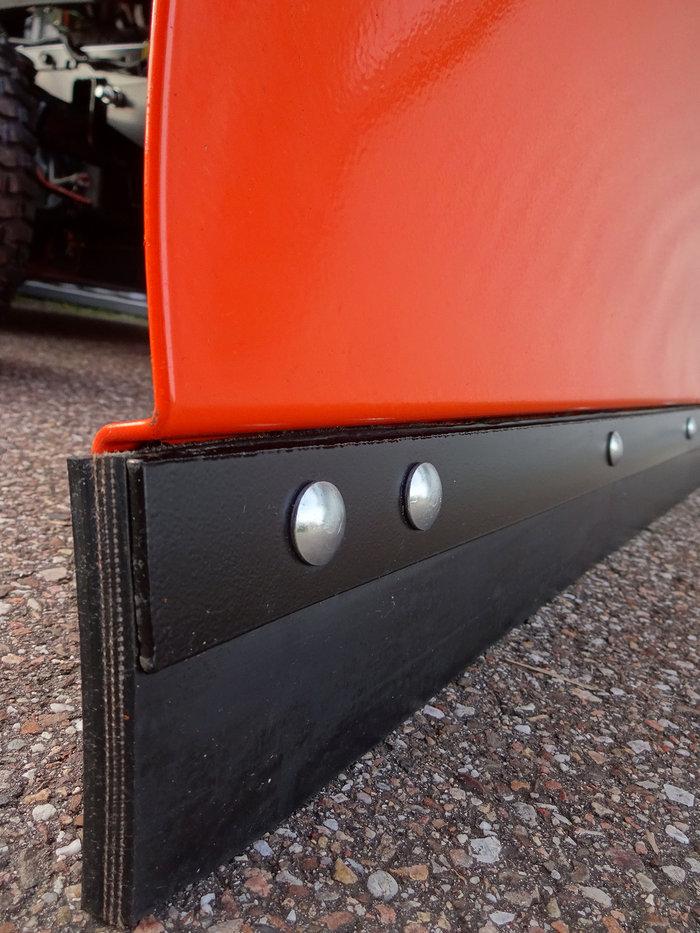 Die integrierte Schürfleiste garantiert ruhiges und sauberes Arbeiten und optimalen Schneeabfluss