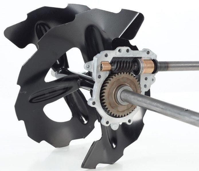 Profiräumwerkgehäuse: Die Kraft wird vom gezahnten Räumwerk von einem Getriebe transferiert, das hohen Stress aushalten kann, und damit die Abscherbolzen überflüssig macht.