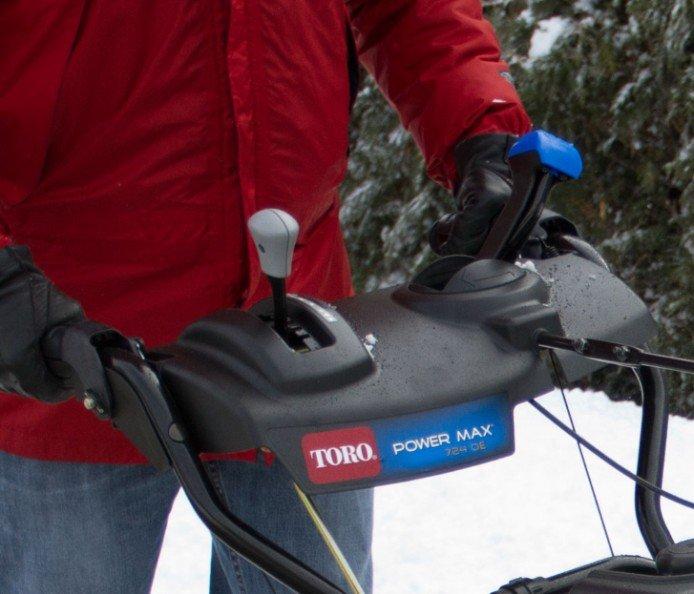Schnellhebel-Auswurfkanalsteuerung: Mit diesem einfachen integrierten Bedienelement verstellen Sie leicht die Richtung des Auswurfkanals. Werfen Sie den Schnee an der gewünschten Stelle aus.