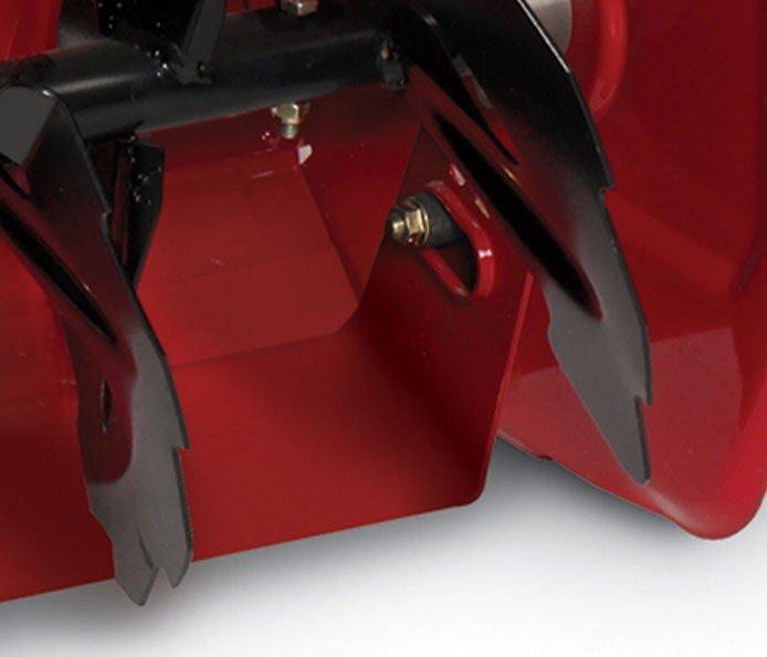 Schwenkbarer Abstreifer: Mit diesem innovativen Design, das nur am Toro Power Max 1128 OXE erhältlich ist, kann der Abstreifer von vorne nach hinten geschwenkt werden und bis zum Gehsteig räumen, ohne plötzliches Anhalten aufgrund von Rissen oder Konturen.