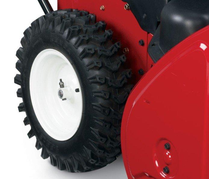 """Extra große 16""""-Reifen: Die breite Oberfläche und das klobige, tiefe Profil der überdimensionierten 16""""-Reifen greifen tief in die Schneeoberfläche und geben den bestmöglichsten Antrieb."""
