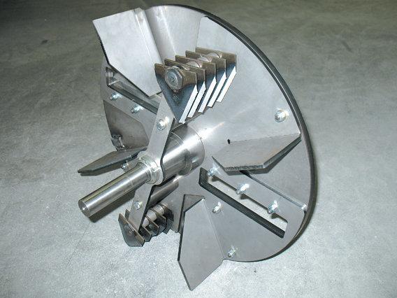 Rotor zur Zerkleinerung mit Vorschneidmesser und beweglichen Messerflügeln