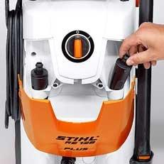 Klappbare Fronthaube: Immer die passende Düse zur Hand! Der integrierte Düsenhalter unter der Fronthaube dient der sicheren Aufbewahrung von Rotor- und Flachstrahldüse. So sind beide Düsen schnell verstaut.
