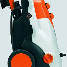 Manometer und Druck-/Mengenregulierung am Gerät: Mit dem Manometer und der Druck-/Mengenregulierung kann sowohl der Arbeitsdruck, als auch die Wassermenge an die jeweilige Reinigungsaufgabe angepasst werden. Dies ist nicht nur praktsch, sondern auch umweltfreundlich und hilft den Wasserverbrauch zu reduzieren (Abb. ähnlich).