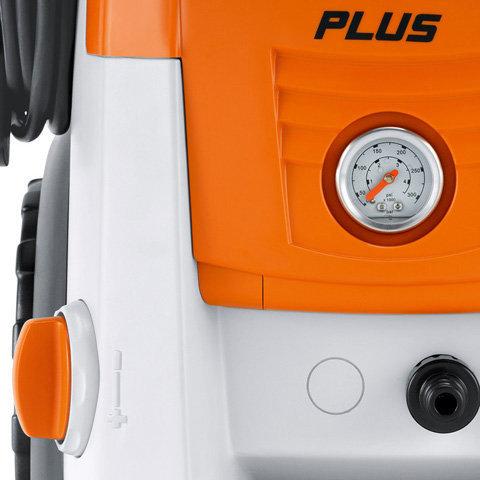 Manometer und Druck-/Mengenregulierung am Gerät  Damit können Sie sowohl den Arbeitsdruck als auch die Wassermenge an die jeweilige Reinigungsaufgabe anpassen. Das ist nicht nur praktisch, sondern auch umweltfreundlich und hilft Ihnen, Ihren Wasserverbrauch zu reduzieren. (Abb. ähnlich).