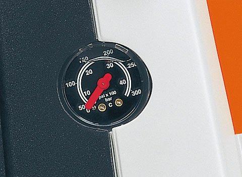 Manometer und Druck-/Mengenregulierung am Gerät  Mit dem Manometer und der Druck-/Mengenregulierung kann sowohl der Arbeitsdruck, als auch die Wassermenge an die jeweilige Reinigungsaufgabe angepasst werden. Dies ist nicht nur praktsch, sondern auch umweltfreundlich und hilft den Wasserverbrauch zu reduzieren (Abb. ähnlich).
