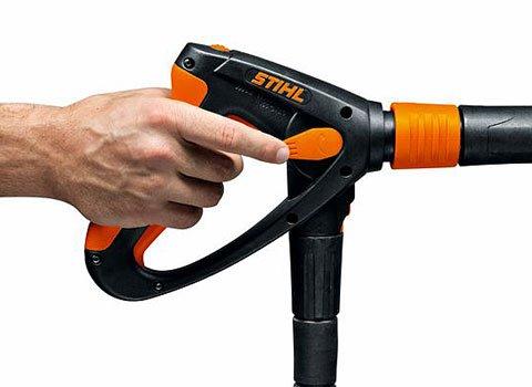 Integrierte Druck-/Mengenregulierung  Mit Hilfe der integrierten Druck-/Mengenregulierung kann die Reinigungsleistung mit einem Finger und ohne die Arbeit zu unterbrechen an die jeweilige Aufgabe angepasst werden. (Abb. ähnlich)