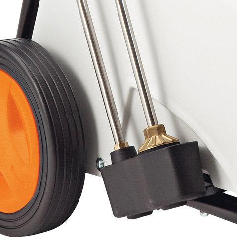 Zwei Strahlrohrhalter  Mit der zweifachen Halterung können zwei unterschiedliche Strahlrohre, z. B. mit Rotor- und Flachstrahldüse, direkt am Gerät untergebracht werden. Die Strahlrohre sind dadurch immer aufgeräumt und stets griffbereit. (Abb. ähnlich).