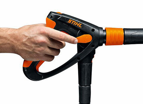 Druck-/Mengenregulierung an der Pistole  Mit Hilfe der integrierten Druck-/Mengenregulierung kann die Reinigungsleistung mit einem Finger und ohne die Arbeit zu unterbrechen an die jeweilige Aufgabe angepasst werden. (Abb. ähnlich)