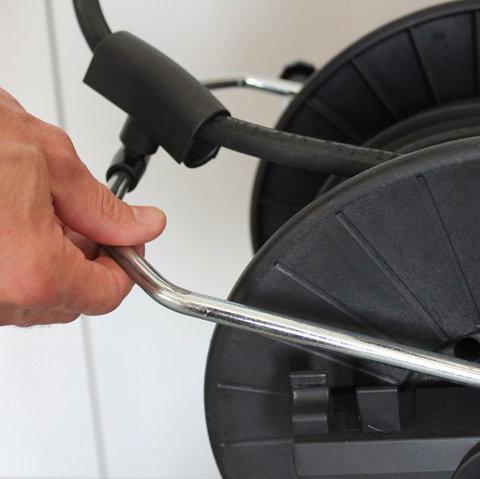 Aufrollhilfe  Ermöglicht den HD-Schlauch beim Aufrollen zu führen. Die Aufrollhilfe kann auch nach vorne geklappt werden, falls ein Abrollen nach vorne gewünscht ist.