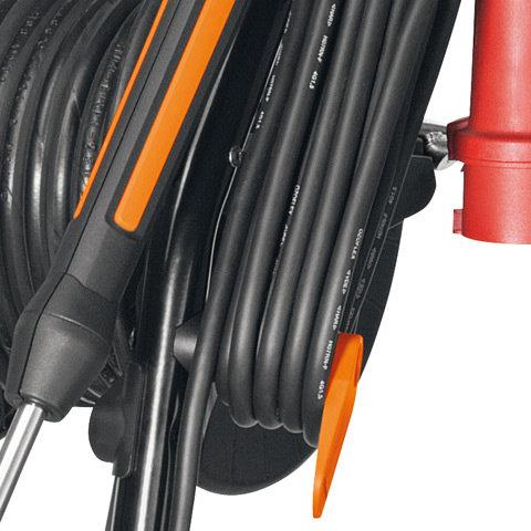 Netzkabelhalter drehbar  Der untere Netzkabelhaken ist drehbar. Dadurch kann das Netzkabel schnell abgenommen werden. Das zeitraubende Abrollen entfällt. Bei den PLUS-Modellen lassen sich das Netzkabel und der Hochdruckschlauch unabhängig voneinander ab- und aufrollen.