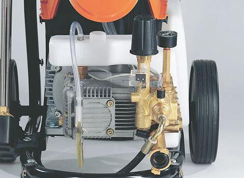 Langsamläufer-Motor und robuste Messingpumpe  Bei größerem Hubraum der Pumpe läuft der Langsamläufer-Motor mit weniger Umdrehungen. Dies sorgt für eine längere Lebensdauer der Motor- und Pumpeneinheit und einen niedrigen Geräuschpegel. Die Keramikkolben reduzieren den Verschleiß auf ein Minimum und erhöhen damit die Lebensdauer der Pumpe. (Abb. ähnlich).