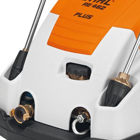 Zwei Strahlrohrhalter  Durch die Strahlrohrhalterung können zwei unterschiedliche Lanzen, z.B. mit unterschiedlichen Düsen, direkt am Gerät sicher untergebracht werden. Die Strahlrohre sind dadurch stets aufgeräumt und immer griffbereit (Abb. ähnlich).