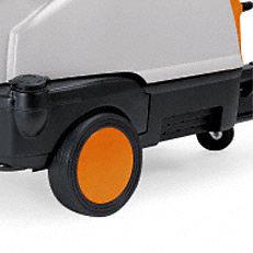 Komfortable Laufräder: Mit ihren komfortablen Laufräder lassen sich STIHL Warmwassser-Hochdruckreiniger auch in unebenen Gelände einfach und bequem rangieren und transportieren (Abb. ähnlich).