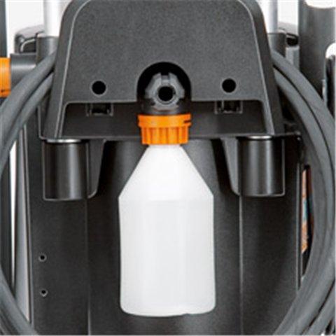 Damit kein Zubehör verloren geht, sind alle Reiniger mit praktischen Halterungen für die Unterbringung von Waschbürste, Reinigungsmittelflasche und Hochdruckschlauch ausgestattet. (Abb. ähnlich)