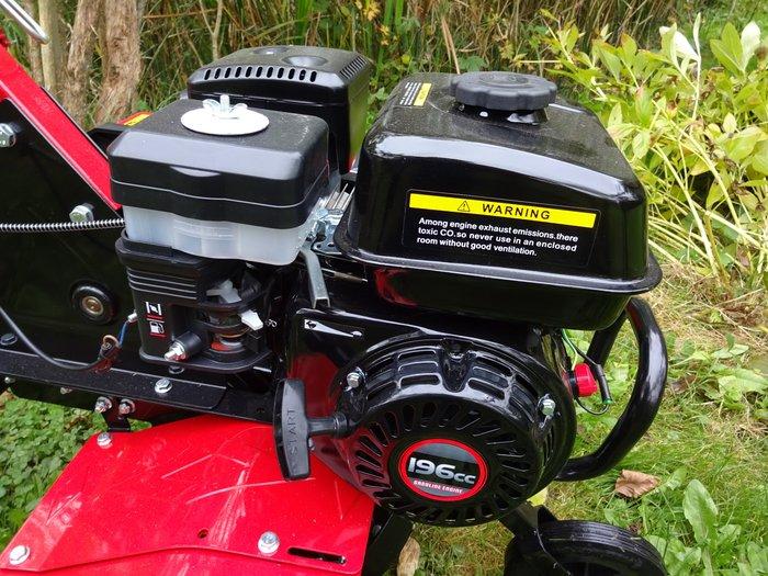 """Profitechnik mit Ölbadluftfilter - massive Power mit 196 cm³ - startfreudig und zuverlässig, laufruhig und vorbildlich in Qualität, Durchzugskraft und Verbrauch >>>> Profi-Power ohne wenn und aber - Super bei Laufkultur und Verbrauch - Drehmomentstark mit kraftvoll, gleichmäßigem Durchzug unter Belastung >>>> Keine billige OHC-Motortechnik und primitiv gestricktes Plastikzeug, wie das bei anderen Maschinen in diesem Preisniveau üblich ist. >>>> ACHTUNG ! - UNBEDINGT VERGLEICHEN ! - Plastiktank + Plastikstarter + keine gescheite Kühlung + Papier- oder Schaumstofffilter + Primitivschalldämpfer etc. - das bekommen Sie meistens - unter großartig gepriesener """"Markentechnik"""" mit weit überzogenem Preis - angeboten !!!"""