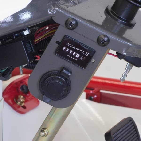 12V-Anschluss und Betriebsstundenzähler