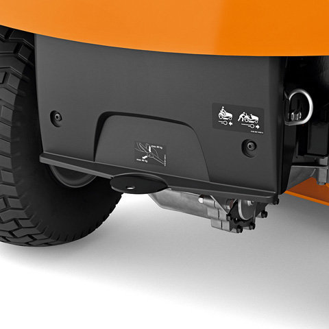 Anhängevorrichtung Die integrierte Anhängevorrichtung ermöglicht ein leichtgängiges Anhängen von Anbaugeräten – wie zum Beispiel den komfortablen Kippanhänger PICK UP 300, der auch als Schubkarre einsetzbar ist.