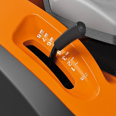 entrale Schnitthöhenverstellung Der Hebel zur zentralen Einstellung befindet sich direkt neben dem Fahrersitz. Er ermöglicht eine individuelle Anpassung der Schnitthöhe in bis zu acht Stufen.
