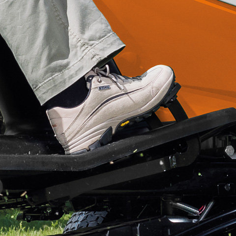 1-Pedal-Fahrantrieb Um zügiges Rangieren zu erleichtern, kann mit dem STIHL spezifischen 1-Pedal-Fahrantrieb die Fahrtrichtung komfortabel per Handhebel zwischen Vorwärtsgang und Rückwärtsgang gewechselt werden. Das drucksensitive Pedal erlaubt eine feine Abstufung des Tempos zwischen Höchstgeschwindigkeit und Stillstand. Für ein sofortiges Stoppen sorgt das separate Bremspedal.