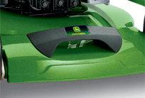 Um das Anheben des Rasenmähers zu erleichtern, ist vorne ein Tragegriff integriert. Zusammen mit dem Tragegriff hinter dem Motor erleichtert dies den Transport.