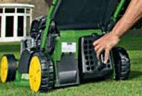 Durch die Installation einer optionalen Mulchausrüstung kann der Mäher einfach von Auffangen auf Mulchen umgestellt werden. Das Mulchen ermöglicht Ihnen den Rasen zu mähen, ohne das Gras auffangen zu müssen. Das ist möglich, indem das Schnittgut mehrmals geschnitten wird, bevor es zurück in den Rasen geblasen wird