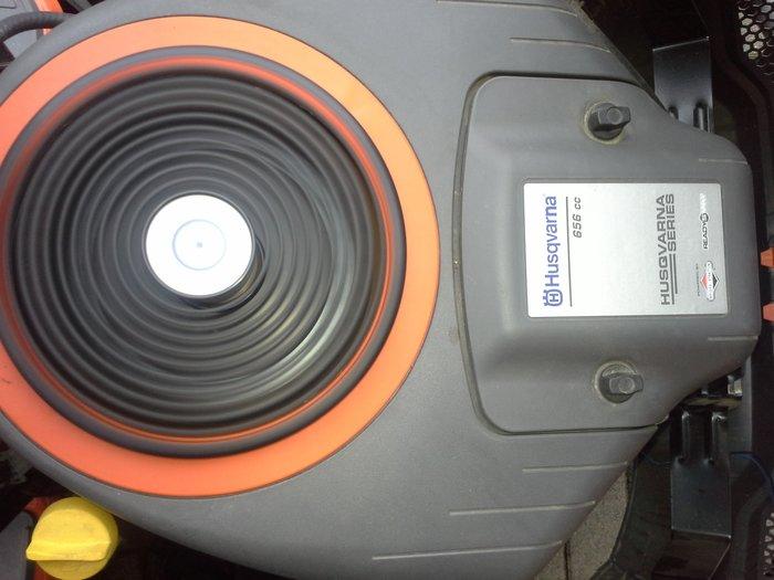 Husqvarna Rasentraktor TC142 gebraucht Baujahr: 2015 Motor: Husqvarna Series 7200 (Intek) 2-Zylinder Leistung: 11,1 kW, 2600 U/min Hydrostatgetriebe manuelle Messerzuschaltung Schnittbreite: 107 cm inkl. Deflektor und Mulchkit