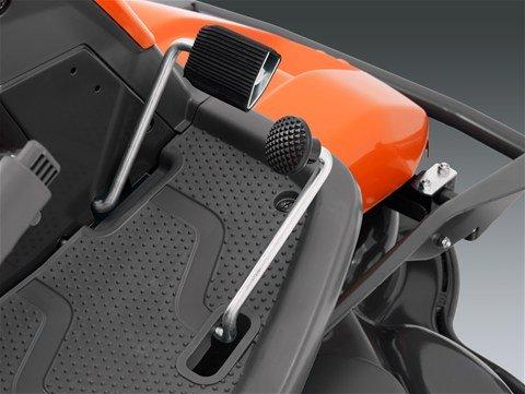 Geschwindigkeits- und Richtungskontrolle durch pedalgesteuertes Hydrostatikgetriebe. Separate Pedale zum Vorwärts- und Rückwärtsfahren.