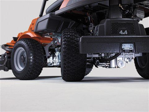 Zuverlässiges Kanzaki Hydrostat-Getriebe. Das Hydrauliksystem sorgt über Differentiale für hervorragende Traktion und reduziert so die Gefahr, dass das Gras durch durchdrehende Räder beschädigt wird.